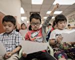 研究发现,让学生自行思考、求得自己的解题方式的教学法,能提高学习意愿与成效。(PHILIPPE LOPEZ/AFP/Getty Images)