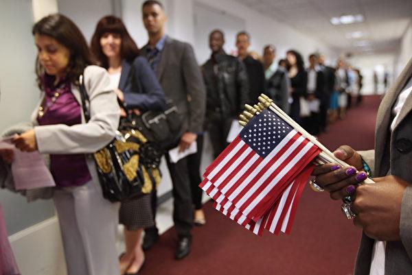 图为2013年5月17日,移民等待美国公民入籍仪式。(John Moore/Getty Images)