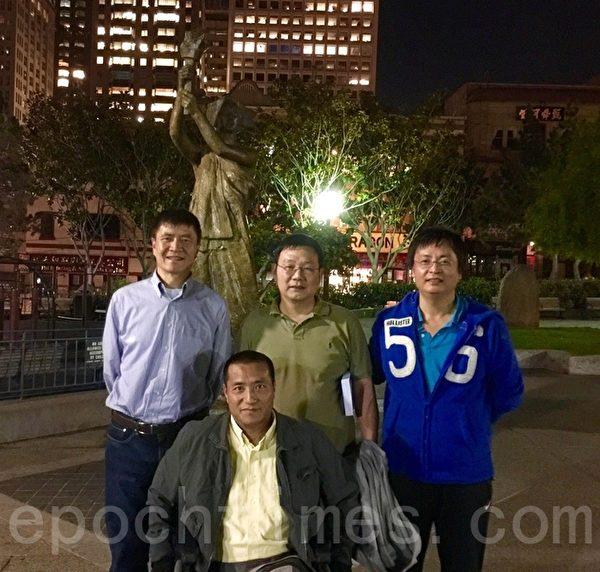 """""""六·四""""事件中,在北京六部口在路边被从背后冲过来的坦克压断双腿的方政(前中),与同在六部口被坦克压坏盆骨的当年学生王宽宝(后排中)在旧金山花园角合影。左为""""六·四""""学生周锋锁,右为""""六·四""""学生封从德。(周锋锁提供)"""