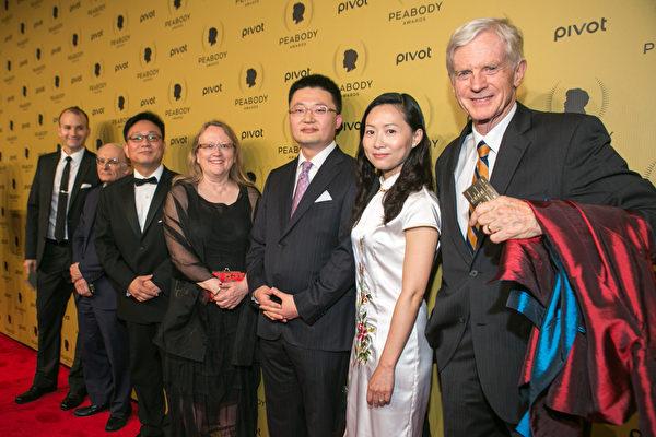5月31日,加拿大溫哥華華裔導演李雲翔(右3)憑藉紀錄片《活摘》(Human Harvest)拿下年度皮博迪紀錄片大獎。(Benjamin Chasteen/Epoch Times)