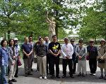 图:部分温哥华民众在卑诗大学学生大楼旁民主女神像前,向民主女神像献花,悼念六四。(唐风/大纪元)