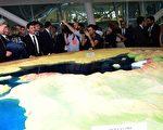 法国总理瓦尔斯(左3)2015年5月29日参访米兰世博会的意大利馆。(GIUSEPPE CACACE/AFP/Getty Images)