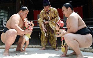 日本的寺庙在每年会举行传统的婴儿啼哭比赛。图为4月29日在东京雪谷八幡神社举行的比赛。(TOSHIFUMI KITAMURA / AFP)