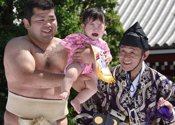 相撲選手要想盡辦法讓嬰兒啼哭。(TORU YAMANAKA/AFP/Getty Images)