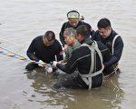 「東方之星」船難事件引發外界關注。CNN曝出倖存者都在醫院被「重兵」把守,防止媒體接近。大陸媒體記者也抱怨,已趕赴前線卻被主管召回,不得採訪事件真相。圖為6月2日被潛水夫救起的船難倖存者(中)。(STR/AFP/Getty Images)
