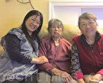 张虹(左)和婆婆、妈妈生活在一起。(梁博/大纪元)
