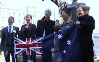 美国雕塑家陈维明(右二)先生带着他的作品——自由女神像,来悉尼参加六•四纪念活动。纽省华人议员梁珍妮(Jenny Leong)(左二)出席了纪念活动。(摄影:何蔚/大纪元)