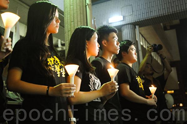 六四事件26周年,港大学生会今年没有参加由支联会主办的悼念晚会,改在港大中山广场举行烛光晚会悼念六四死难者。(孙青天/大纪元)