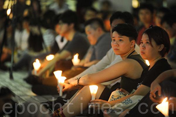 六四事件26周年,港大学生会今年未有参加由支联会主办的悼念晚会,改在港大中山广场举行烛光晚会悼念六四死难者。集会有约千人参与。有市民表示,香港的未来归于学生,因此参与港大的集会。(孙青天/大纪元)