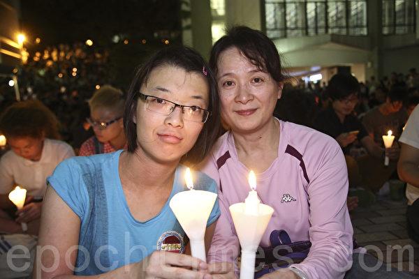 从英国读LAW专业毕业回港的QUEENIE出生于八九年六月,与母亲一起参加港大的悼念活动。(余钢/大纪元)