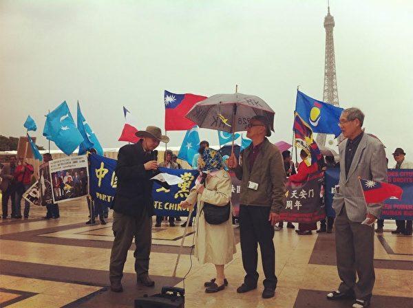 """5月31日,法国多个民运团体在巴黎人权广场上举行了""""六四""""26周年纪念活动。(大纪元)"""