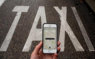 在争议、谴责、赞誉等混杂的评论中,通过智能手机呼叫出租车的优步(Uber)公司6月3日迎来了第五个生日。图为2010年10月14日在西班牙马德里的一名Uber用户在德士车道旁找Uber出租车,但当地的德士司机说Uber德士是非法运营,没有出租车牌照。(Pablo Blazquez Dominguez/Getty Images)