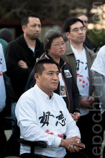 6月3日晚,舊金山各界民眾在中國城的花園角舉辦題為「從未忘記,永不放棄」的六四26週年紀念燭光晚會。圖為六四學生方政(前)在集會上。(馬有志/大紀元)