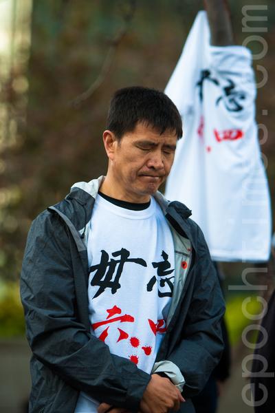 6月3日晚,舊金山各界民眾在中國城的花園角舉辦題為「從未忘記,永不放棄」的六四26週年紀念燭光晚會。圖為六四學生領袖周鋒鎖在默哀。(馬有志/大紀元)
