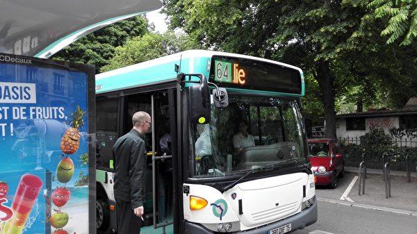 巧合的是,在献花活动的当天,有好几辆64路公共汽车停在纪念碑的周围。  (张健提供)