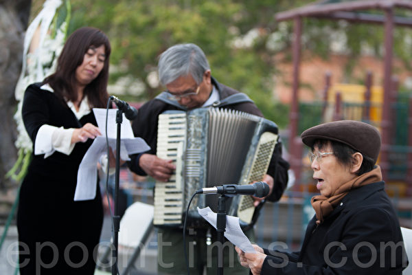 6月3日晚,舊金山各界民眾在中國城的花園角舉辦題為「從未忘記,永不放棄」的六四26週年紀念燭光晚會。80多歲的熊若磐老人在老伴手風琴的伴奏下含淚演唱。(馬有志/大紀元)