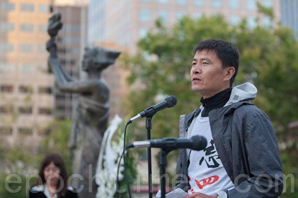 6月3日晚,舊金山各界民眾在中國城的花園角舉辦題為「從未忘記,永不放棄」的六四26週年紀念燭光晚會。圖為六四學生領袖周鋒鎖在發言。(馬有志/大紀元)