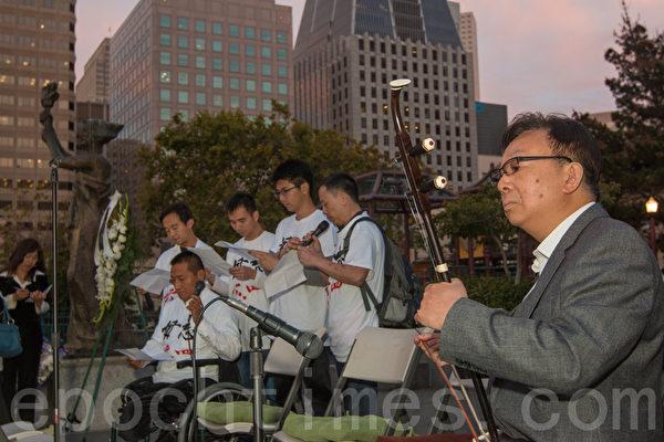 6月3日晚,舊金山各界民眾在中國城的花園角舉辦題為「從未忘記,永不放棄」的六四26週年紀念燭光晚會。在辛灝年先生「江河水」悲慷的二胡伴奏下,方政等人逐一念出收集到的六四時倒在中共槍口和坦克下的遇難者名單。(馬有志/大紀元)