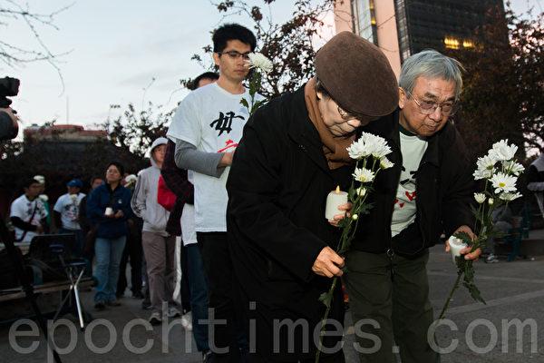 6月3日晚,舊金山各界民眾在中國城的花園角舉辦題為「從未忘記,永不放棄」的六四26週年紀念燭光晚會。圖為民眾在獻花。(馬有志/大紀元)