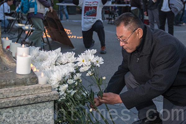 6月3日晚,舊金山各界民眾在中國城的花園角舉辦題為「從未忘記,永不放棄」的六四26週年紀念燭光晚會。圖為人道中國主席葛洵在獻花。(馬有志/大紀元)