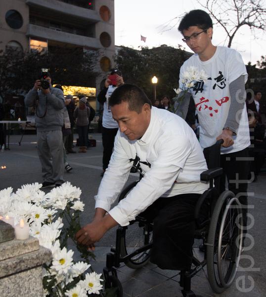 6月3日晚,舊金山各界民眾在中國城的花園角舉辦題為「從未忘記,永不放棄」的六四26週年紀念燭光晚會。圖為六四學生方政在獻花。(馬有志/大紀元)