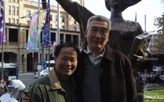 六四亲历者孙立勇(右)和雕塑家陈维敏(左),在悉尼纪念六四26周年活动上合影。(摄影:大纪元/骆亚)