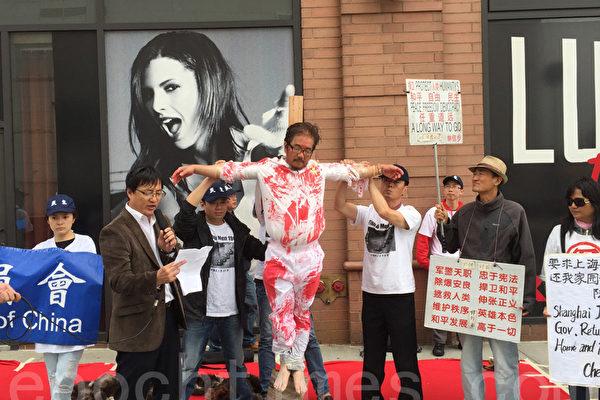 6月4日薛明德行为艺术控诉中共罪行。(施萍/大纪元)