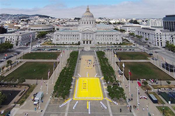 2015年6月6日,為慶祝《轉法輪》一書首發20周年,舊金山法輪功學員在舊金山市府前排字排出《轉法輪》。(大紀元圖片)