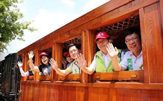 阿里山森林铁路管理处与嘉义林区管理处7日举办庆祝铁路节活动,与会者纷纷搭上桧木小火车车箱。(嘉义市政府提供)