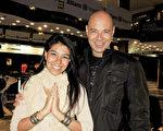 Rocío Quok女士與Javier Monachi先生兩人都是瑜伽教練。他們於6月7日在阿根廷首都布宜諾斯艾利斯的Opera劇院觀看了神韻舞劇《西遊記》演出。(林南/大紀元)