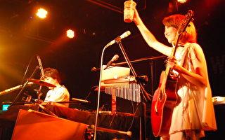 女主唱YUKA拿着珍珠奶茶上台享用。(avex taiwan提供)