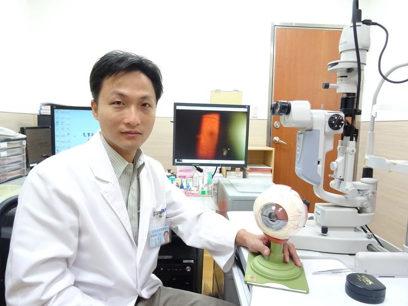 低頭族注意 3C 藍光對視網膜的傷害 - 大紀元