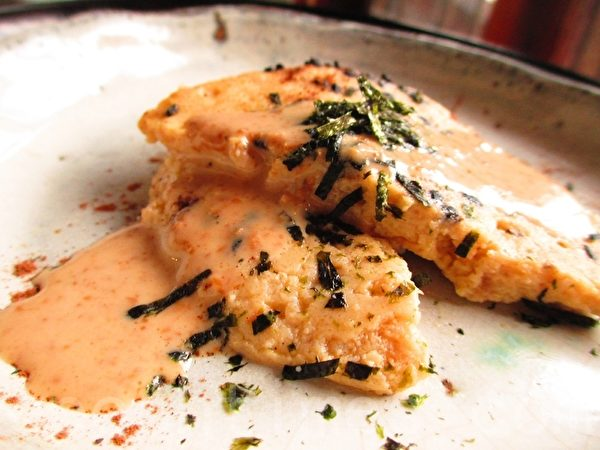 芝麻酱汁鲔鱼饼(家和/大纪元)