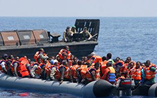 英国海军布尔华克号再次出动,搭载1,200名难民到意大利南部港口,转交给意大利政府安置。(AFP)