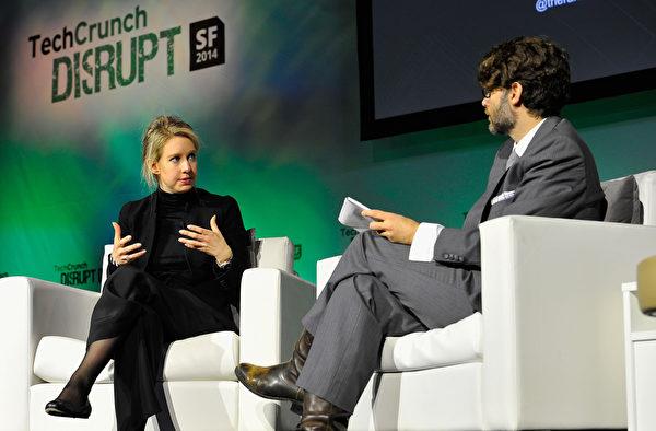 霍尔姆(Elizabeth Holmes)(左)于2014年挤进《福布斯》前400富豪排行,不仅是榜上最年轻的女富豪,也是全球最年轻白手起家的女创业家。(Steve Jennings/Getty Images for TechCrunch)