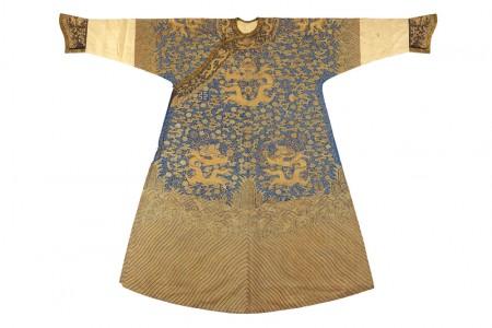 清中期 藍色緙絲加繡彩雲金龍紋龍袍(男)。(臺灣國立歷史博物館)