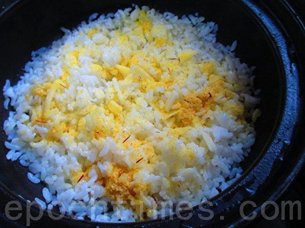 乳酪饭--撒入调味素(家和/大纪元)