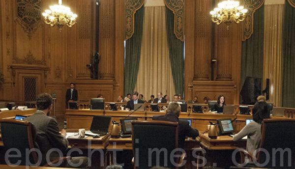 图:6月9日旧金山市议会现场。(周凤临/大纪元)