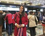 記者Florencia Fontanarrosa女士於6月10日晚在阿根廷首都布宜諾斯艾利斯的Opera劇院觀看刻神韻舞劇團的《西遊記》演出。(林南/大紀元)