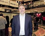 銀行家Fabián Arregui先生於6月10日晚在阿根廷首都布宜諾斯艾利斯的Opera劇院觀看刻神韻舞劇團的《西遊記》演出。(林南/大紀元)