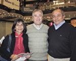 武術教練Cristian García先生(中)和他的學生,6月10日晚在阿根廷首都布宜諾斯艾利斯的Opera劇院觀看刻神韻舞劇團的《西遊記》演出。(林南/大紀元)