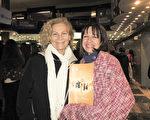 兩位女教授Claudia Ferradas 女士(右)和Gwendolyn Diaz女士(左)於6月10日晚在阿根廷首都布宜諾斯艾利斯的Opera劇院觀看了神韻舞劇團的《西遊記》演出。(林南/大紀元)