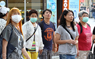 韓國中東呼吸症候群(MERS)蔓延出門戴口罩。圖為訪韓遊客戴口罩。(全宇/大紀元)