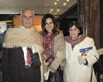 Marta García 女士(右)和FLorencia Coronel(中)於6月11日晚在阿根廷首都布宜諾斯艾利斯的Opera劇院觀看了神韻舞劇團的《西遊記》演出。(林南/大紀元)