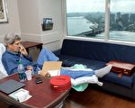 美国国务卿克里6月9日在麻州综合医院接受治疗后﹐打电话办公。(AFP)