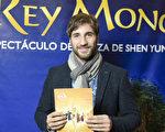 戲劇演員Rodrigo Gimenez先生觀看神韻舞劇團在布宜諾斯艾利斯Opera劇院的《西遊記》舞劇演出,心生崇高敬意。(新唐人)