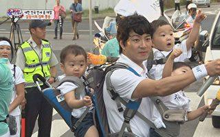 宋一国背三胞胎护送2014年亚运圣火。(中天提供)