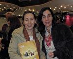 公司老闆、建築師Pilar Cuyen女士(右)和她的僱員Valeria Eranzas(左)於6月12日晚在阿根廷首都布宜諾斯艾利斯的Opera劇院觀看了神韻舞劇團的《西遊記》演出。(林南/大紀元)