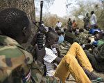 诺贝尔奖得主沙提雅提(Kailash Satyarthi)12日说,全世界童兵多达50万人,这是最严重的虐童现象。图为南苏丹童兵。(Charles LOMODONG/AFP)