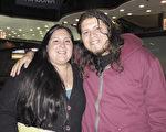 Alejandro Juarez先生(右)於6月13日晚在阿根廷首都布宜諾斯艾利斯的Opera劇院觀看了神韻舞劇團的《西遊記》演出。(林南/大紀元)